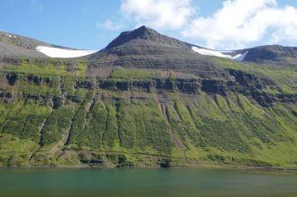 Island - Isafjördur - Berg am Fjord