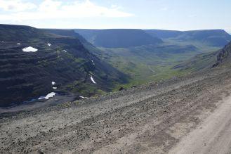Island - Isafjördur - Berglandschaft mit Schotterpiste-2