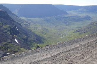 Island - Isafjördur - Berglandschaft mit Schotterpiste