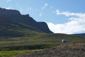 Island - Isafjördur - Berglandschaft mit unserem Fahrzeug