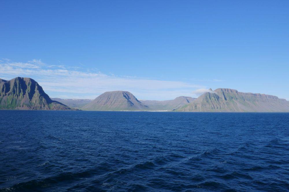 Island - Isafjördur - Hafeneinfahrt Berglandschaft