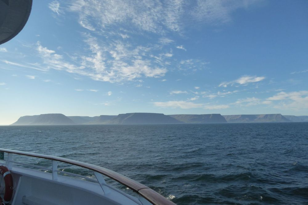 Island - Isafjördur - Panarama mit Tafelbergen, Schiff
