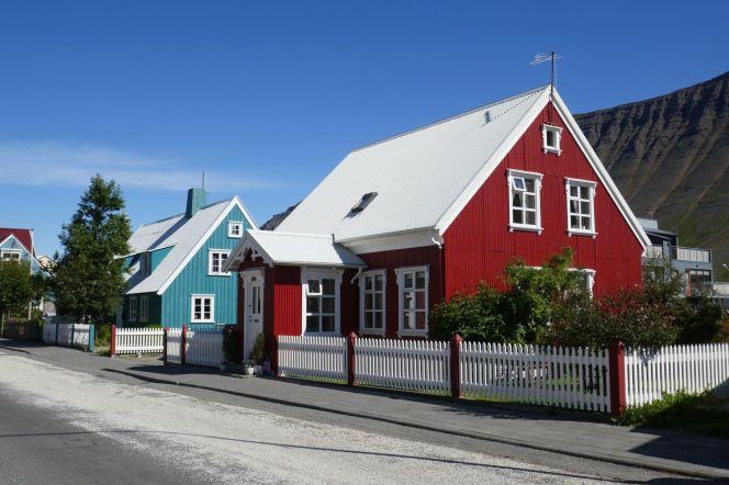 Island - Isafjördur - typische Holzhäuser im Ort