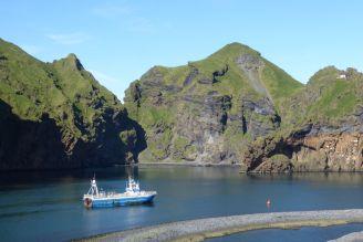 Island - Westm+ñnner Inseln Heimaey - Berge, Hafeneinfahrt