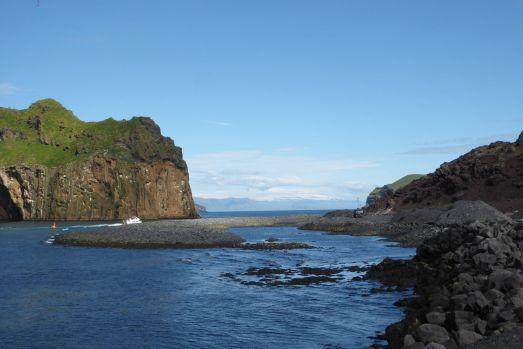 Island - Westm+ñnner Inseln Heimaey - durch den Lavastrom verengte Hafeneinfaht