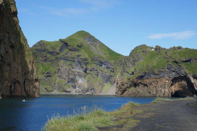 Island - Westm+ñnner Inseln Heimaey - H++gellandschaft Hafeneinfahrt