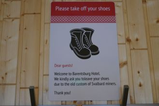 Barentsburg - Eingangsbereich Restaurant mit Schuh-Hinweis