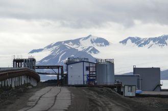 Barentsburg - Fabrik vor Gletscher