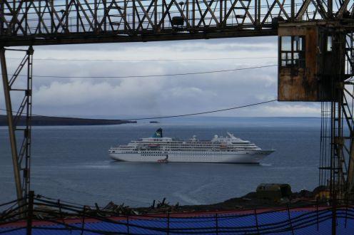 Barentsburg - Krananlage, im Hintergrund MS Amadea-1