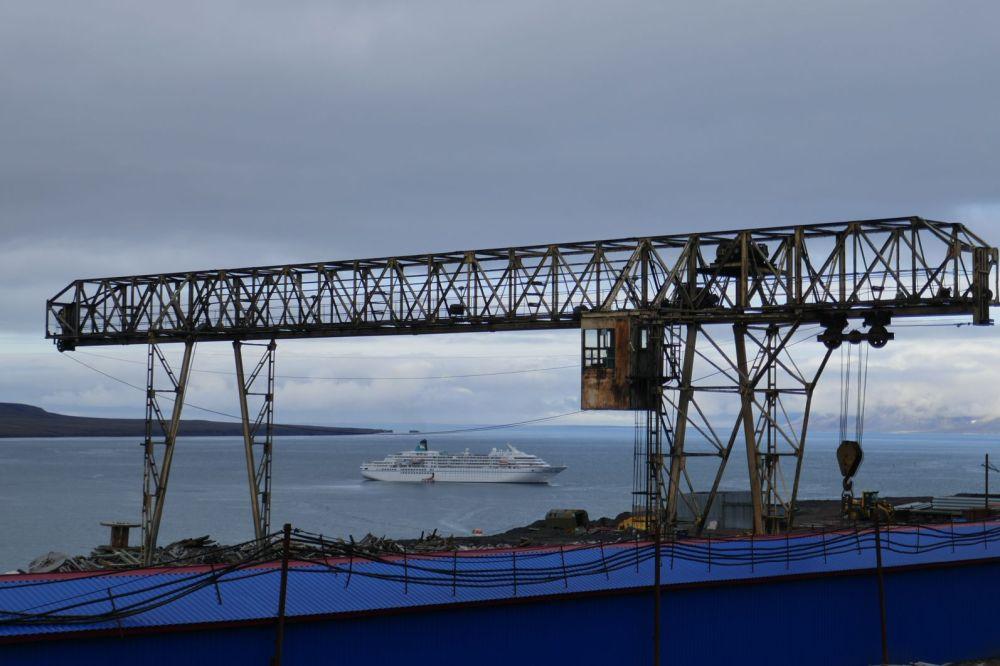 Barentsburg - Krananlage, im Hintergrund MS Amadea
