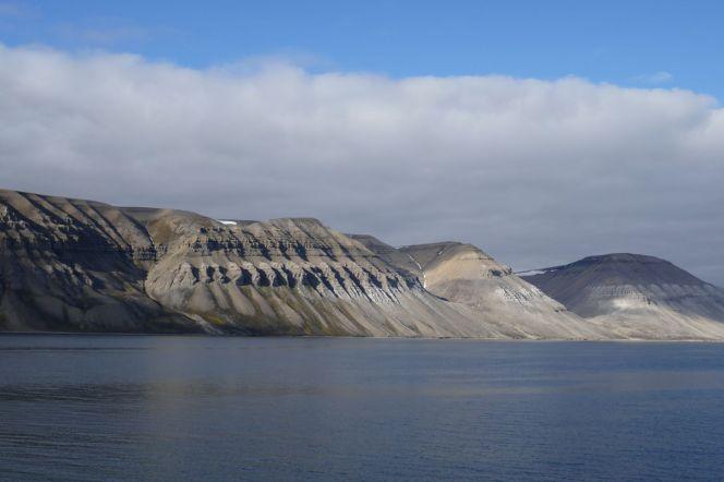 Spitzbergen - Bergformation am Fjord-3
