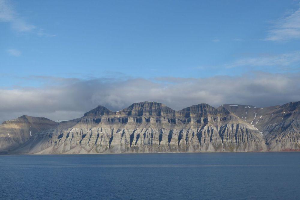 Spitzbergen - Bergformation am Fjord