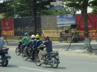 Hanoi - Mopeds auf der Hauptstraße