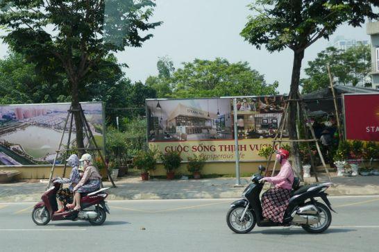 Hanoi - Mopeds auf der Schnellstrecke