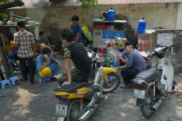 Hanoi - Mopeds am Straßenrand