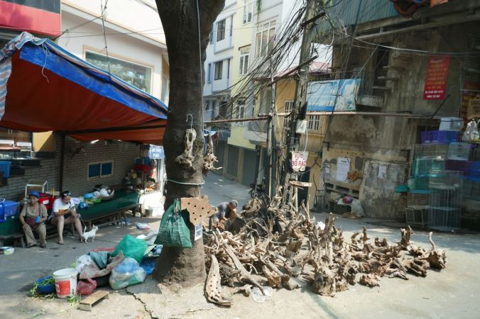 Hanoi - Holzhändler am Straßenrand