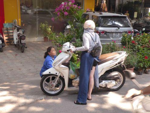 Hanoi - Mopeda-Fahrerin beim Einkauf