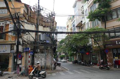 Hanoi - Stromkabel entlang der Straße