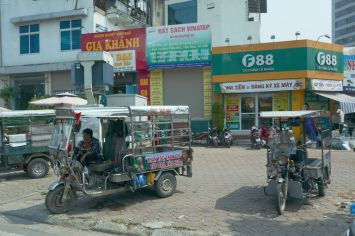 Hanoi - Tuc Tuc's am Straßenrand