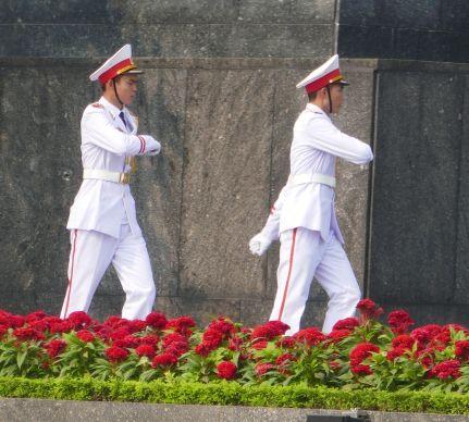 Hanoi - Offiziere am Mausoleum