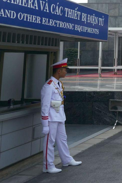 Hanoi - Offizier am Eingang zum Mausoleum