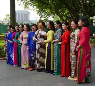 Hanoi - Gruppe im Park vor dem alten Parlament