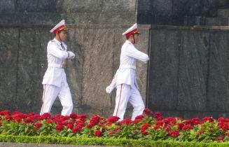 Hanoi - Ho Chi Minh-Mausoleum, Offiziere bei Wachablösung