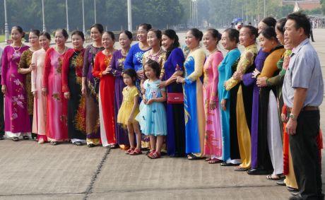 Hanoi - Gruppe vor dem Ho Chi Minh-Mausoleum