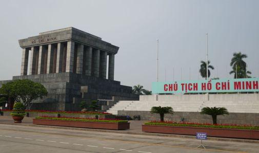 Hanoi - Mausoleum und Platz, von dem aus Ho Chi Minh die Unabhängigkeit Vietnams erklärte