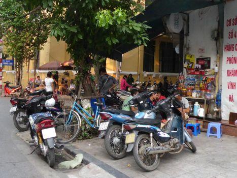Hanoi - Mopeds auf dem Fußgängerweg