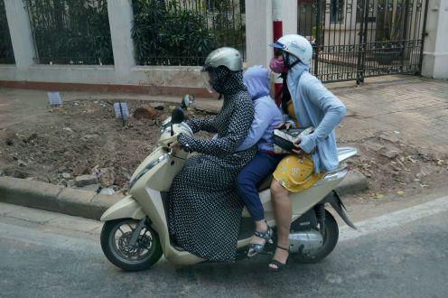 Hanoi - Moped-Fahrerinnen vermummt