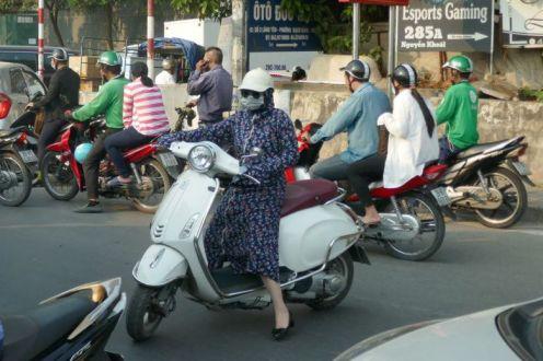 Hanoi - Moped-Fahrerin vermummt