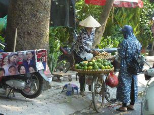 Hanoi - Moped-Fahrerin beim Einkauf