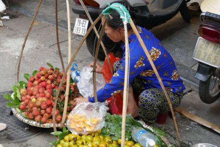 Hanoi - Straßenverkäuferin am Markt