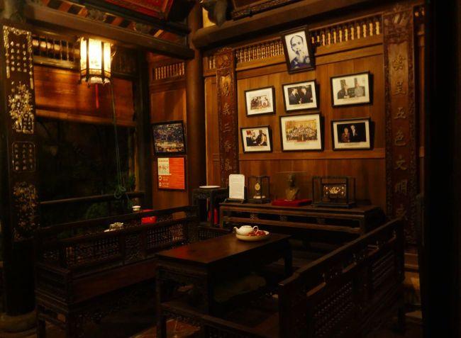 Hue - Wohnraum in altem Gebäude, mit Erinnerungsfotos