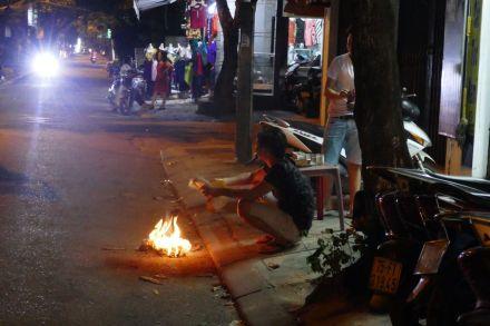Hue - Gedenkfeuer in der Straße